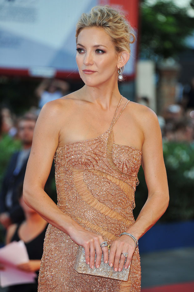 Kate Hudson in Atelier Versace dress, Edie Parker clutch and Fabergé jewels
