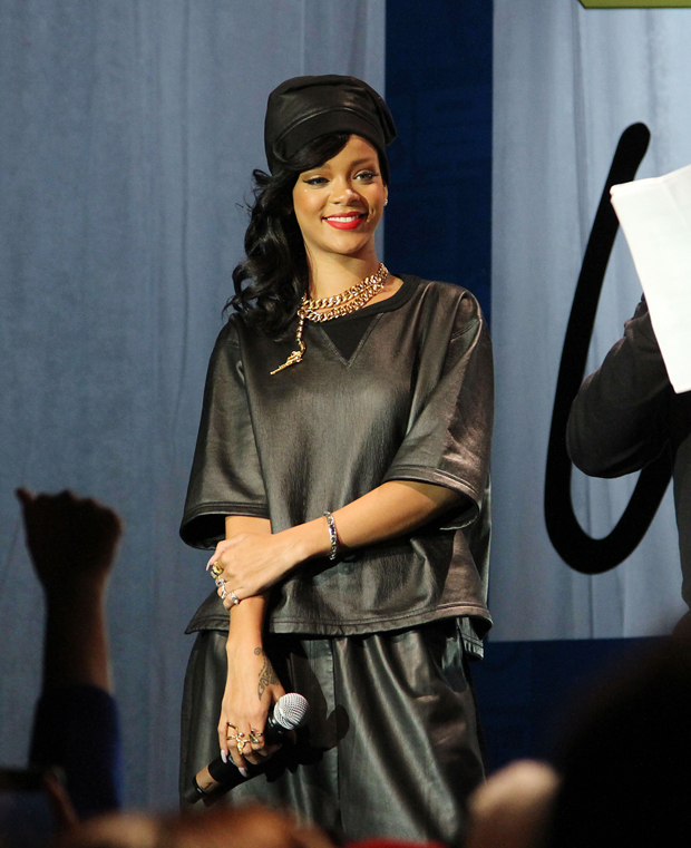 Rihanna unapologetic record release fan meet and greet red return to post m4hsunfo Image collections