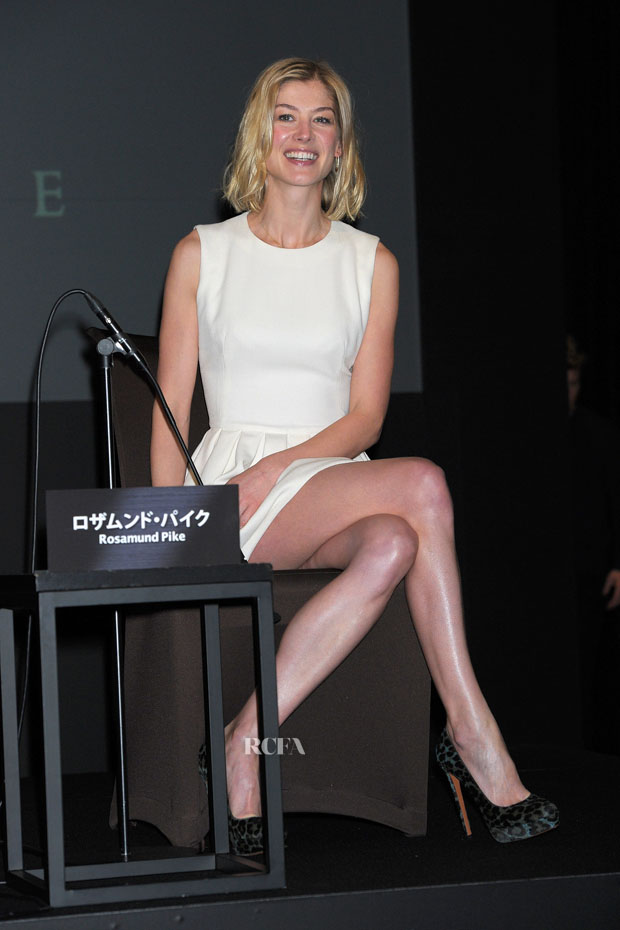 Rosamund Pike Jack Reacher Press Conference Red