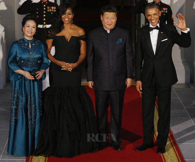 WASHINGTON, DC - SEPTEMBER 25:  (L-R) Madame Peng Liyuan, U.S. First Lady Michelle Obama, Chinese President Xi Jinping and U.S. President Barack Obama pose for photographers on the North Portico ahead of a state dinner at the White House September 25, 2015 in Washington, DC. Obama and Xi announced an agreement on curbing climate change and an understanding on cyber security.  (Photo by Chip Somodevilla/Getty Images)