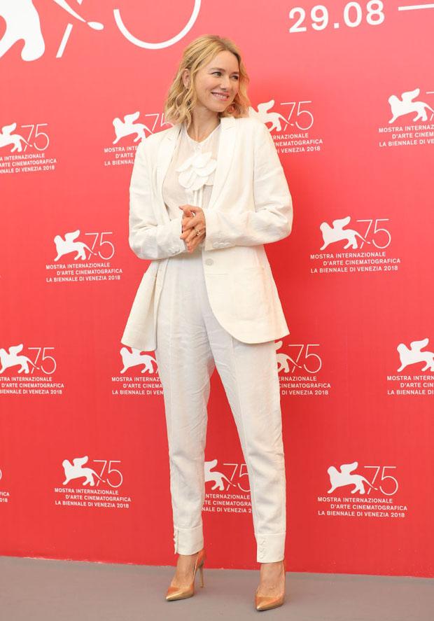 Naomi Watts en costume blanc chic
