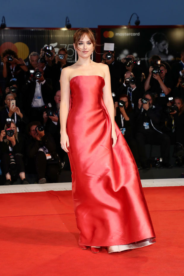 Dakota Johnson en robe de soirée rouge Dior bustier droit