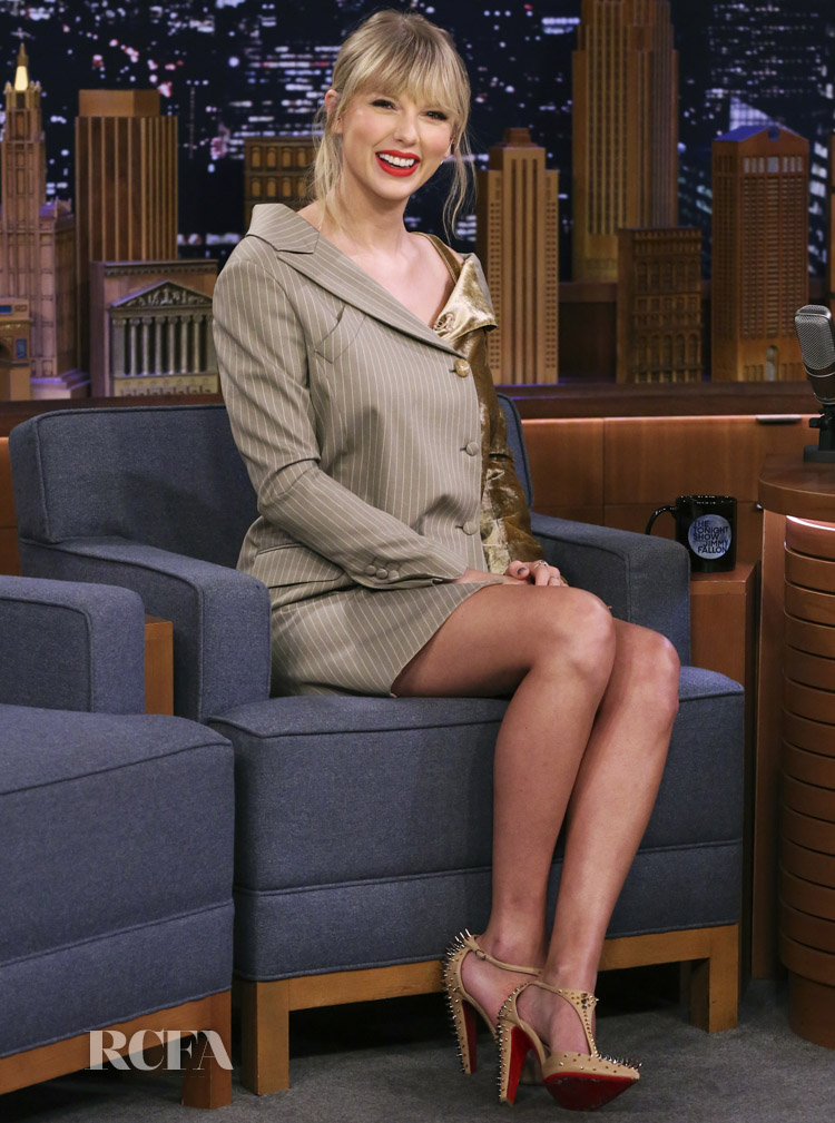 Taylor Swift Rocks A Jekyll & Hyde Dress On The Tonight Show Starring Jimmy Fallon